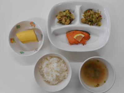 ごはん、鮭のレモン焼き、ブロッコリーの香り炒め、白菜の漬物、豆苗のみそ汁、バナナ
