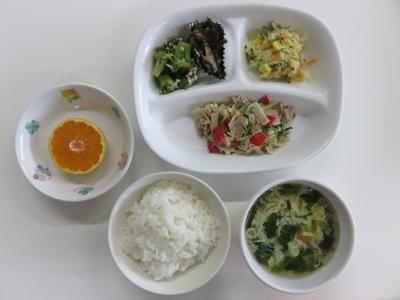 ごはん、豚肉と野菜の胡麻だれ、オクラの和え物、コールスロー、しいたけ昆布、かき卵汁、みかん
