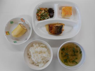 ごはん、サバのつけ焼き、チーズオムレツ、水菜のサラダ、昆布の佃煮、みつばのすまし汁、バナナ