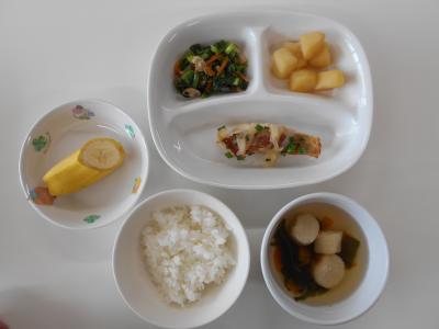 えんどう豆ごはん、魚のみそ焼き、じゃがいもの煮物、小松菜としめじのあえもの、ふのすまし汁、バナナ