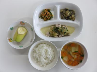 ごはん、鶏肉のおろしかけ、なすの煮びたし、水菜のサラダ、じゃが芋のみそ汁、バナナ