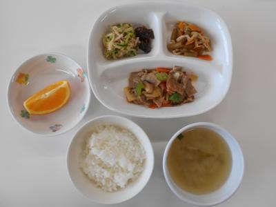 ごはん、酢豚、ふきと薄揚げの炊き合わせ、野菜のごまソース、昆布のおかか煮、にらのみそ汁、オレンジ