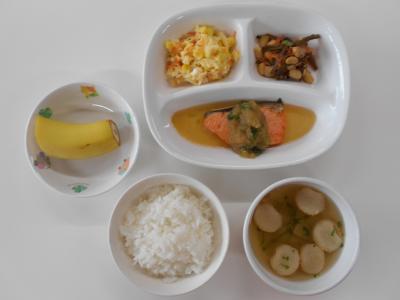 ごはん、魚のおろしかけ、五目豆、キャベツサラダ、水菜のすまし汁、バナナ