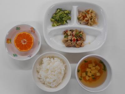 ごはん、鶏肉のマーマレード煮、切干大根の炊き合わせ、ブロッコリーのごまみそあえ、豆腐のすまし汁、みかん